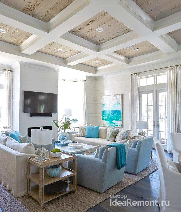 Балки на потолке чередуются с деревянными панелями