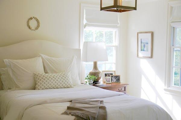 Окно в интерьере белой спальни