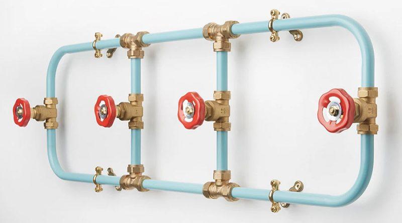 Индустриальный дизайн: оригинальная вешалка из труб и кранов