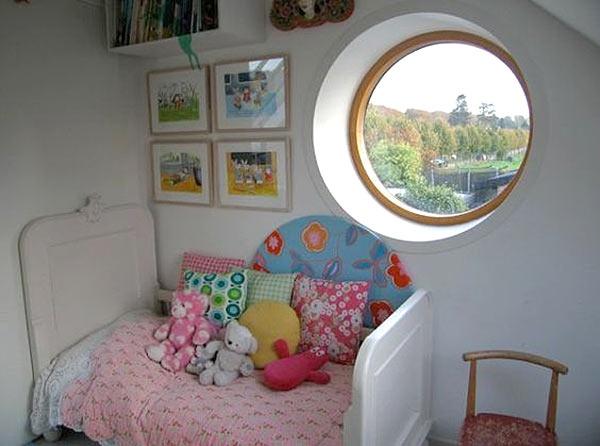 Окно-иллюминатор в детской.