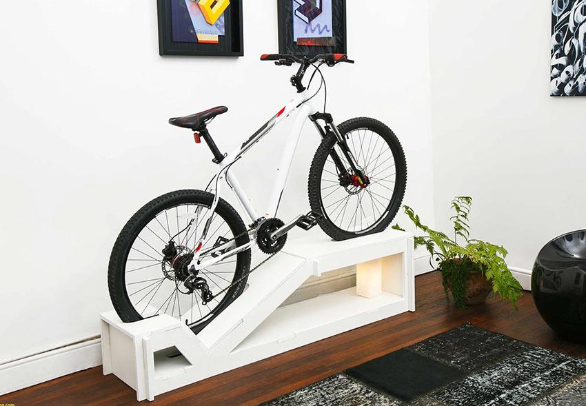 На фото: велосипед - важная деталь мебели