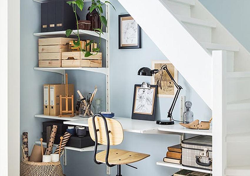 кабинет в пространстве под лестницей