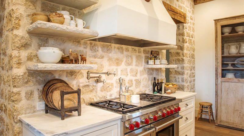 Кухня в стиле кантри. Плита в нише