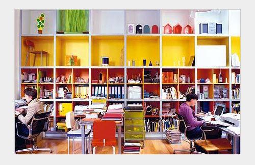 Цветные ячейки обычного книжного стеллажа