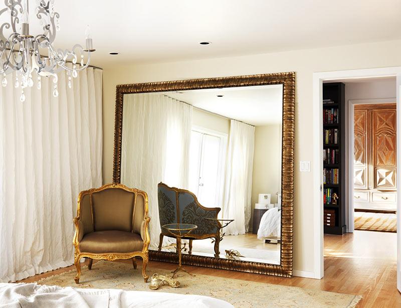 Зеркало в раме в классическом интерьере