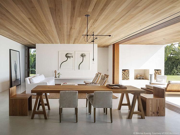 Деревянный потолок в интерьере дома