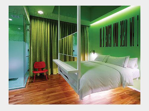 На фото: подвесные двуспальные кровати