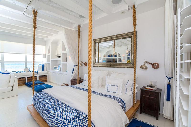 Кровать подвешена к потолку на канатах