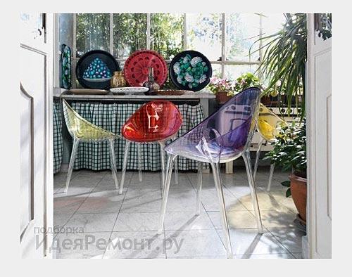 На фото: пластиковые стулья Kartell в модном интерьере