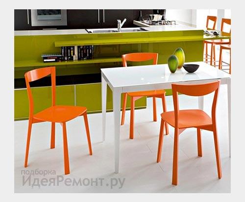 На фото: пластиковые стулья очень практичны на кухне