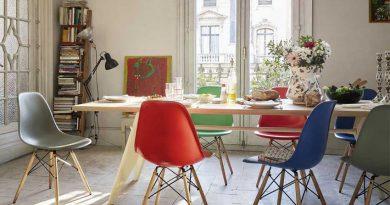 Пластиковые стулья в модном интерьере