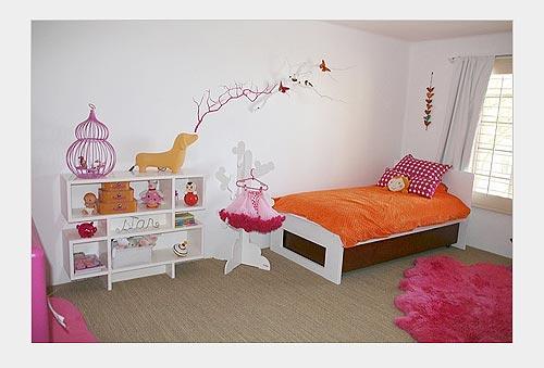 На фото: яркие розовые оттенки в комнате для девочки