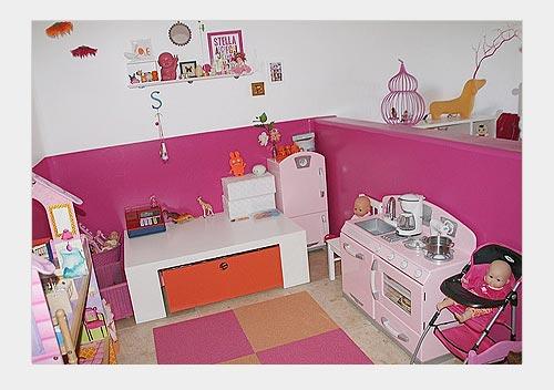 На фото: детская мини кухня в комнате для девочки
