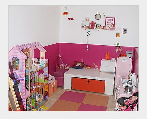 На фото: хранение игрушек в комнате девочки