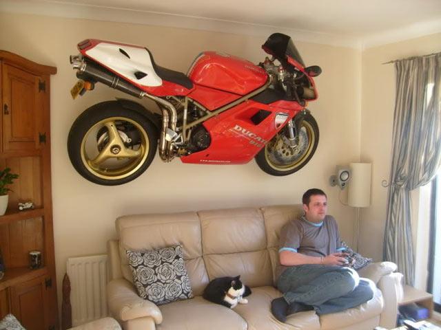 """мотоцикл на стене - самый """"простой"""" метод, удивить гостей вашей квартиры"""