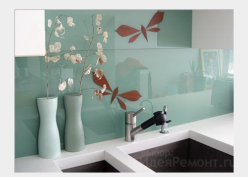 На фото: стена отделанная стеклом на кухне