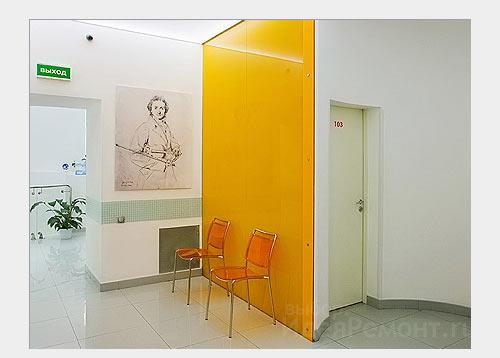 На фото: стена из цветного стекла в интерьере