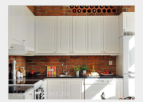 На фото: однотонная мебель на кирпичной стене смотрится лучше