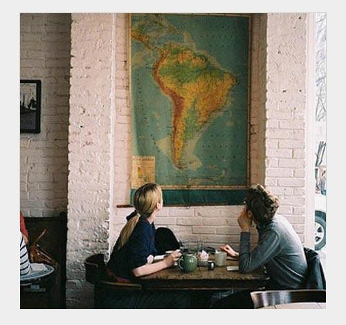 На фото: кирпич в отделке стен выглядит стильно