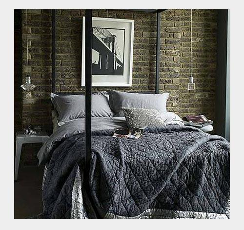 Кирпичная отделка стены в спальне - известный декораторский прием