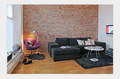 На фото: кирпичная стена хорошо сочетается с другими материалами