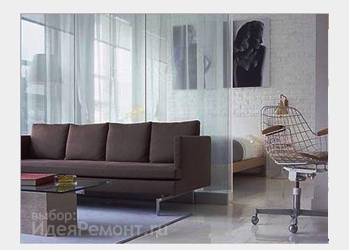 На фото: стеклянная перегородка зонирует пространство квартиры