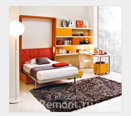 На фото: в маленькой квартире полезна складная кровать