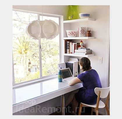 На фото: стол-подоконник в маленькой квартире