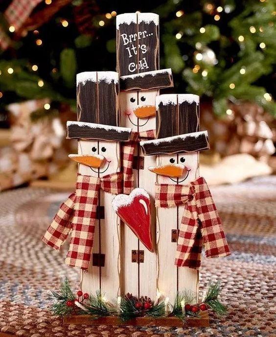 Позитивные деревянные новогодние снеговики