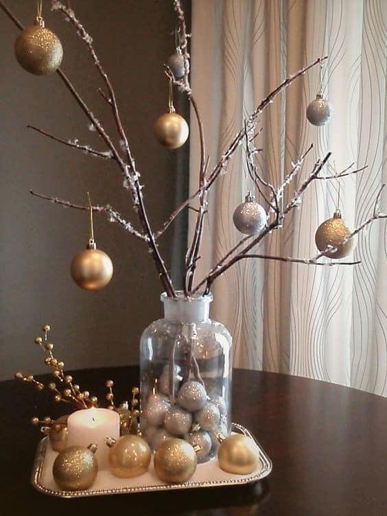 Новогодний декор из шариков и веток