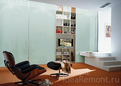На фото: подвижная стеклянная перегородка отделяет стеллаж