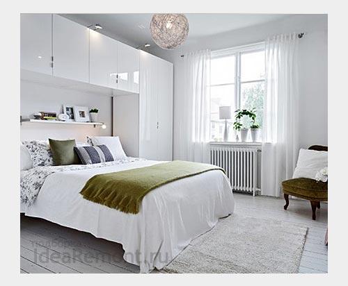 На фото: мебель вокруг спального места