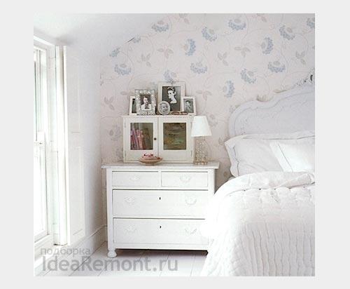 """На фото: обои """"в цветочек"""" вполне уместны белой спальни"""