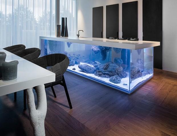 Прозрачный остров-аквариум в кухне