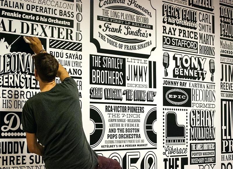 Типографский принт на стене