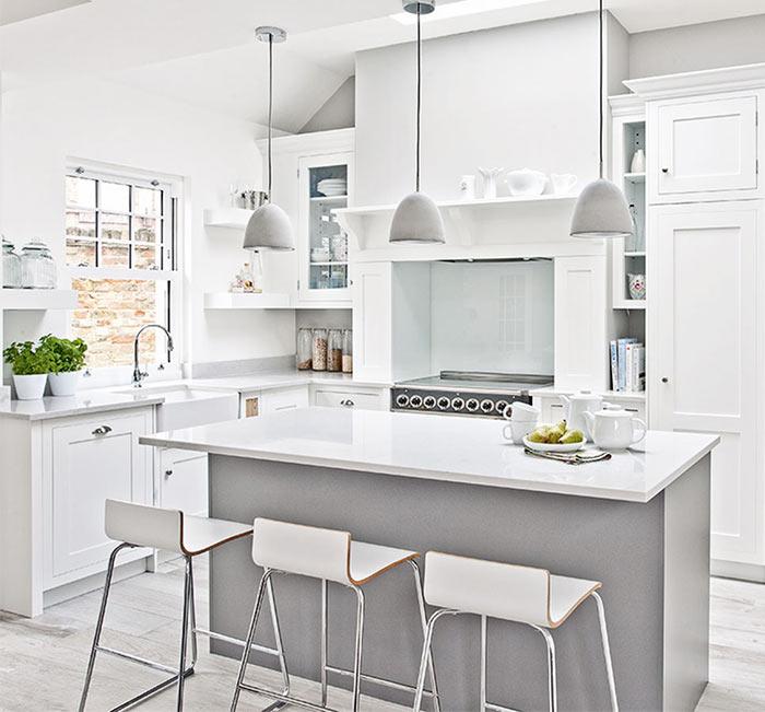 На фото: белая минималистическая кухня