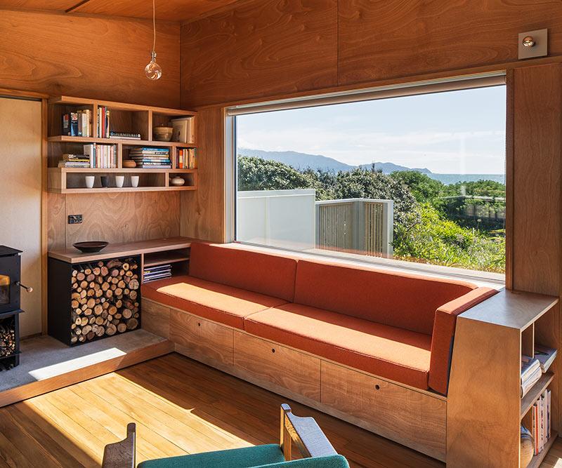 встроенная мебель и небольшие подоконники в интерьере