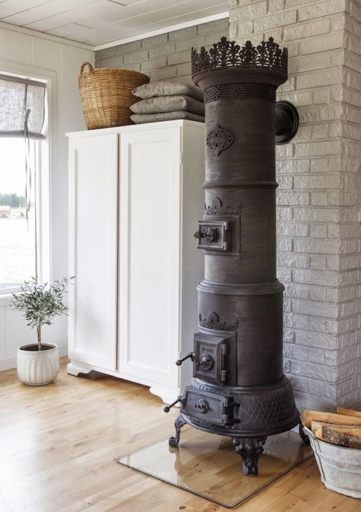 """На фото: печь """"колонна"""" как элемент мебели"""