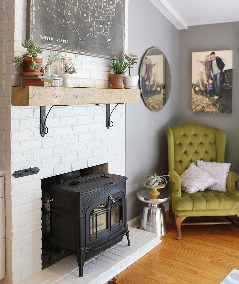 Интерьер дома с печкой и спрятанной трубой