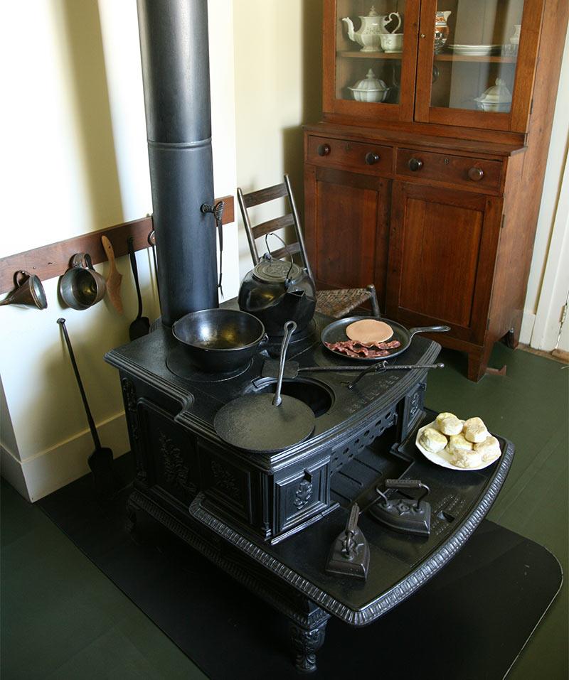 Чугунная печка-буржуйка с варочной панелью