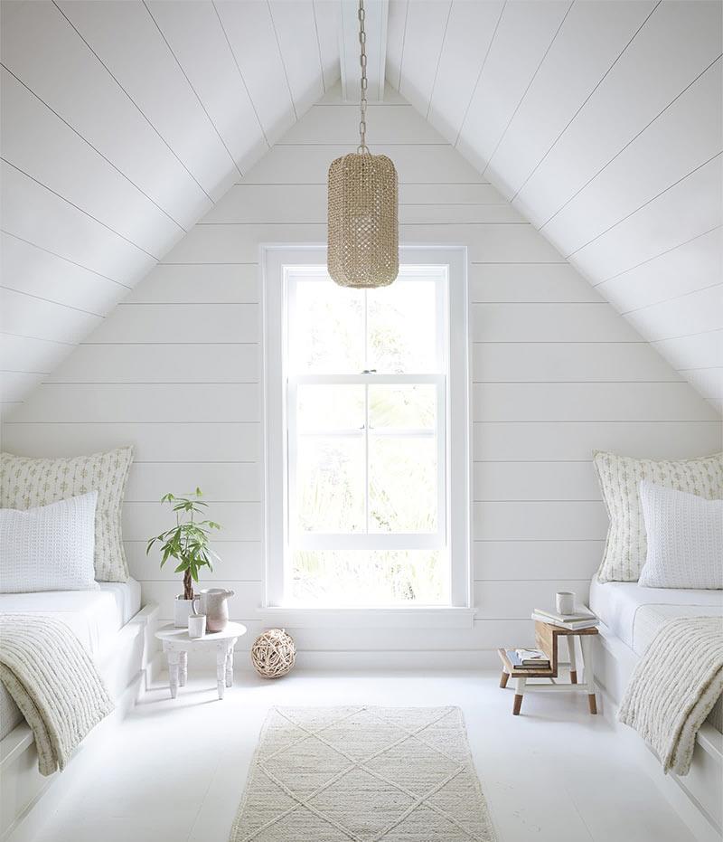 простой и умиротворяющий дизайн спальни на чердаке
