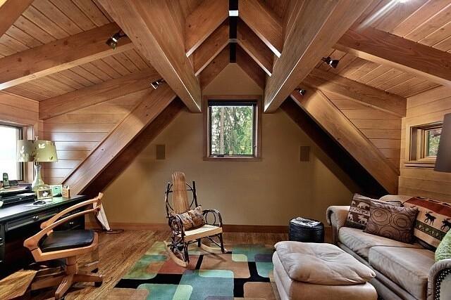 Отличный дизайн чердака с деревянной обшивкой