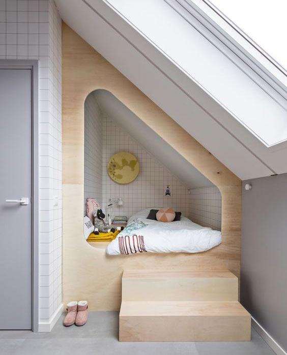 угловые кровати в нишах на чердаке