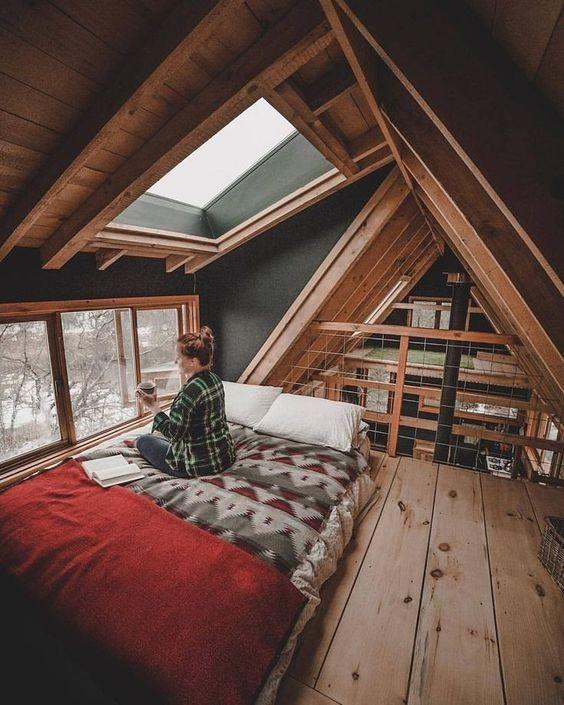 Кровать на чердаке - оптимальное решения для дачного домика