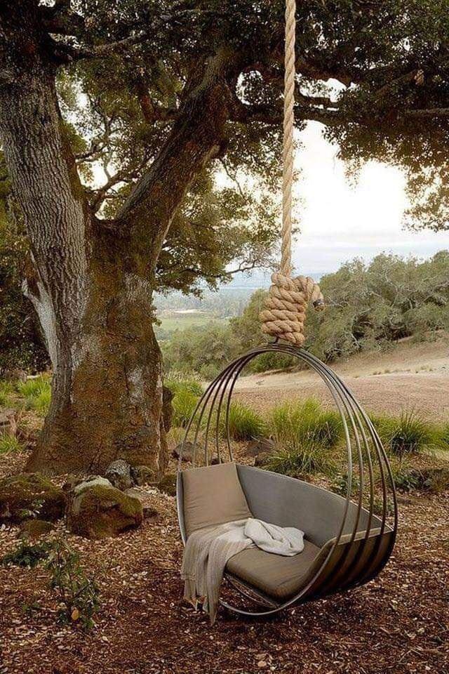 Подвесная беседка, закрепленная на дереве