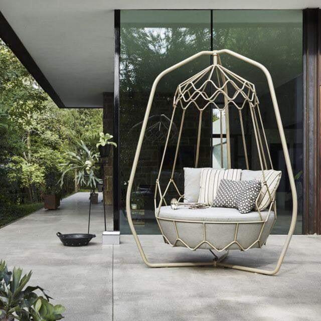 Подвесное кресло на террасе дома