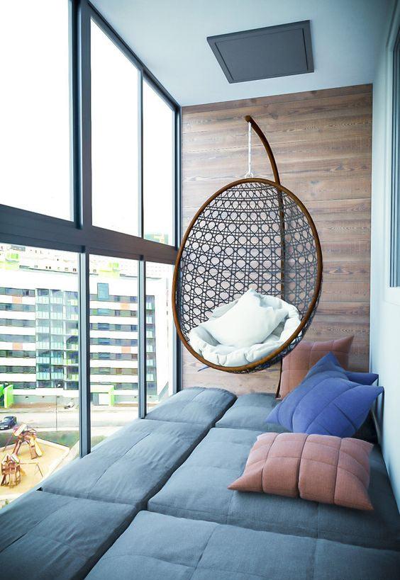 Дизайн лоджии: спальное место и подвесное кресло