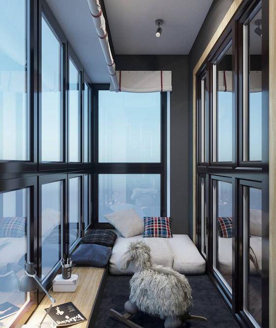 Как обустроить спальное место на балконе