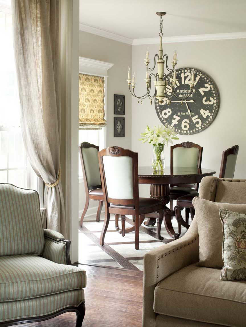 Большие настенные часы в гостиной