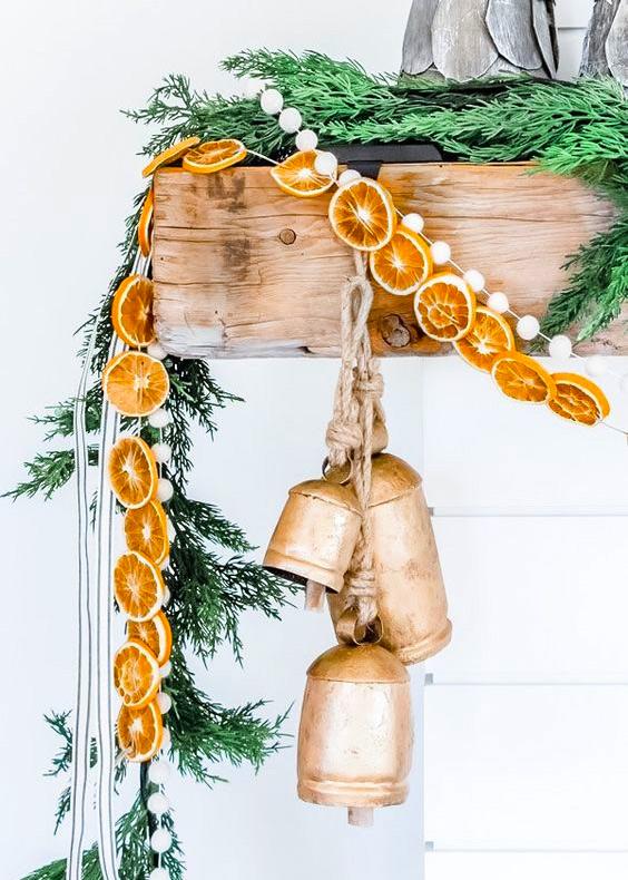 Новогодняя гирлянда из сушеных апельсинов с колокольчиками